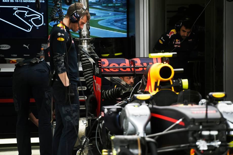 Movimentação no box da equipe Red Bull, antes da largada para o Grande Prêmio do Brasil de Fórmula 1, realizado no Autódromo de Interlagos, zona sul de São Paulo (SP) - 13/11/2016