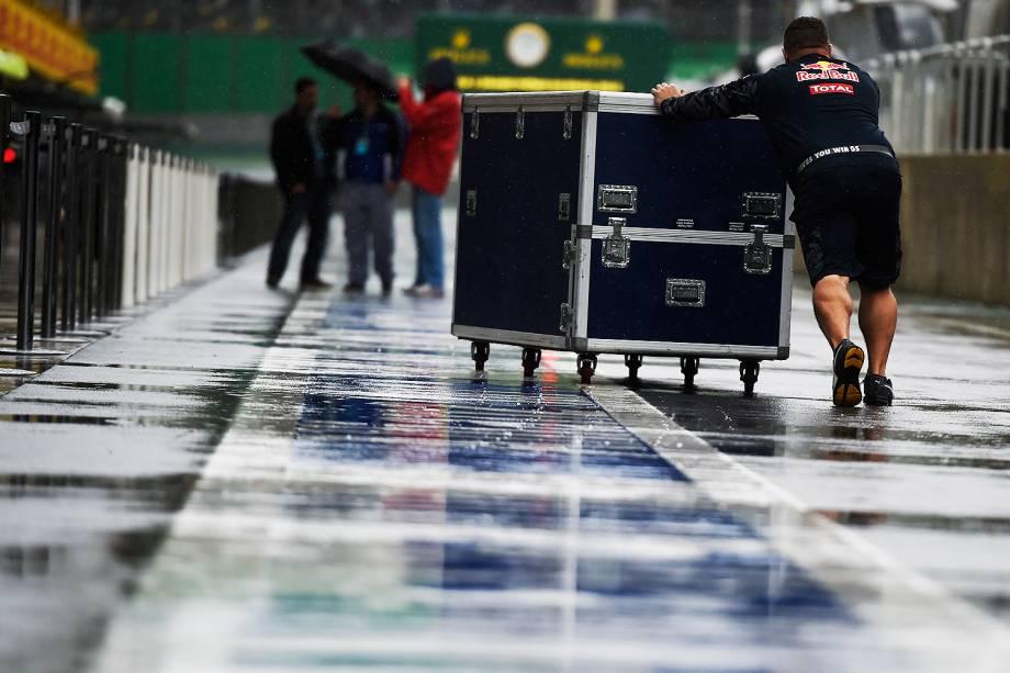 Movimentação nos boxes antes da largada para o Grande Prêmio do Brasil de Fórmula 1, realizado no Autódromo de Interlagos, zona sul de São Paulo (SP) - 13/11/2016