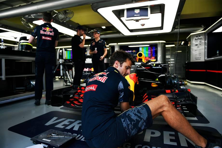Movimentação nos boxes da equipe Red Bull, durante os preparativos para o Grande Prêmio do Brasil de Fórmula 1, realizado no Autódromo de Interlagos, zona sul de São Paulo (SP) - 10/11/2016