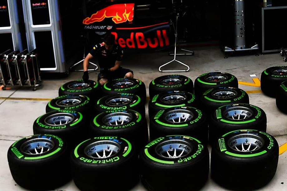 Mecânico da equipe Red Bull realiza reparos em pneus, durante os preparativos para o Grande Prêmio do Brasil de Fórmula 1, realizado no Autódromo de Interlagos, zona sul de São Paulo (SP) - 10/11/2016