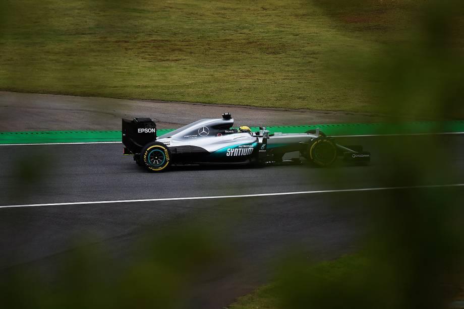 O piloto Lewis Hamilton, da equipe Mercedes, durante o treino classificatório para o Grande Prêmio do Brasil de Fórmula 1, realizado no Autódromo de Interlagos, zona sul de São Paulo (SP) - 12/11/2016