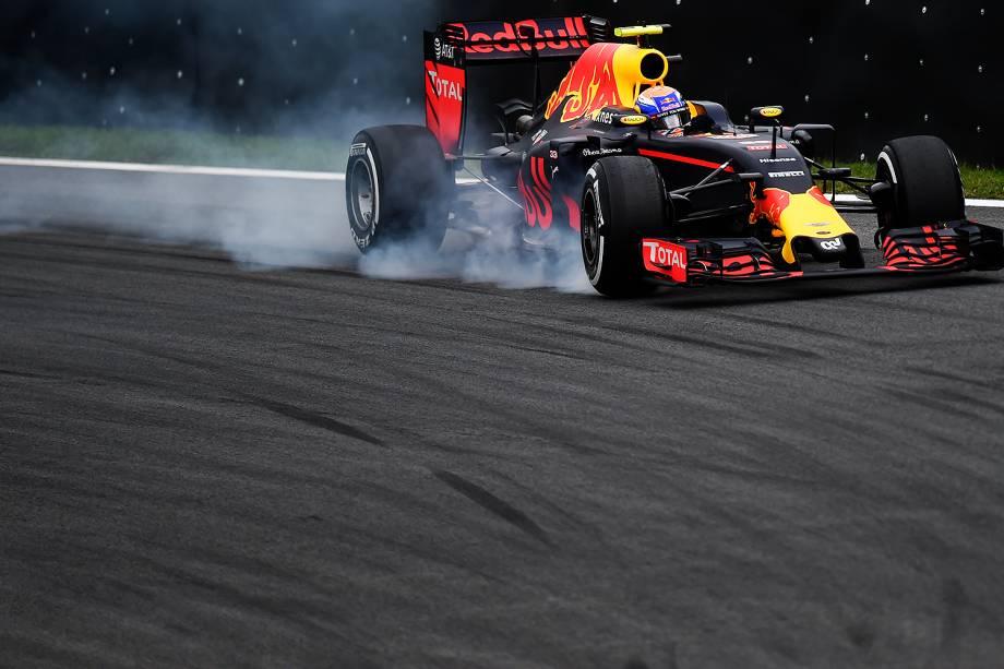 O piloto Max Verstappen, da equipe Red Bull, durante o treino classificatório para o Grande Prêmio do Brasil de Fórmula 1, realizado no Autódromo de Interlagos, zona sul de São Paulo (SP) - 12/11/2016