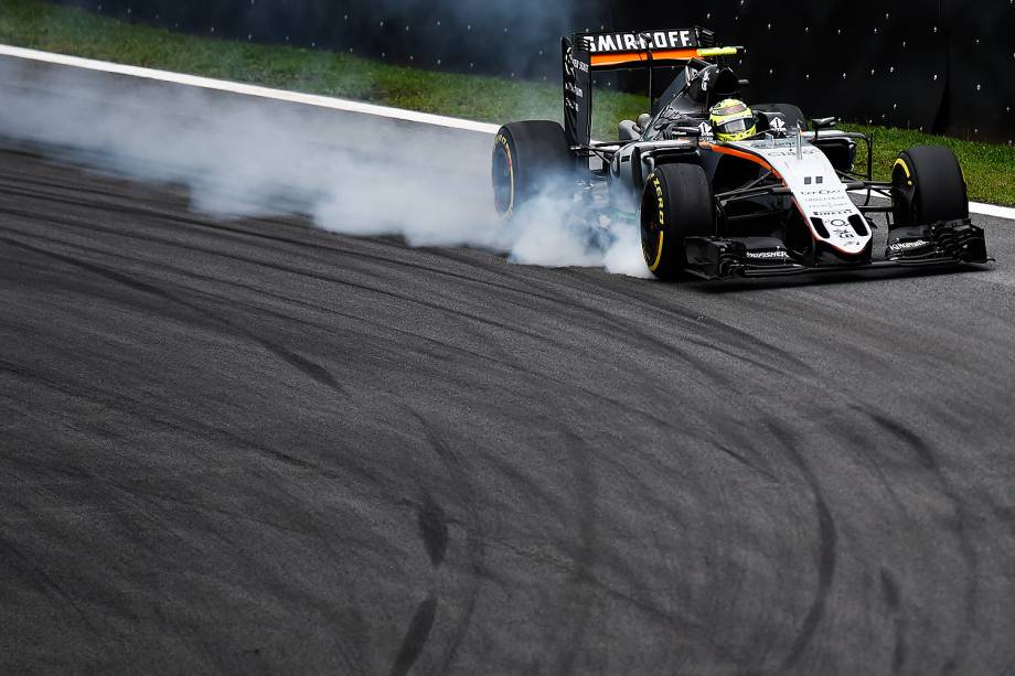 O piloto Sergio Pérez, da equipe Force India, durante o treino classificatório para o Grande Prêmio do Brasil de Fórmula 1, realizado no Autódromo de Interlagos, zona sul de São Paulo (SP) - 12/11/2016