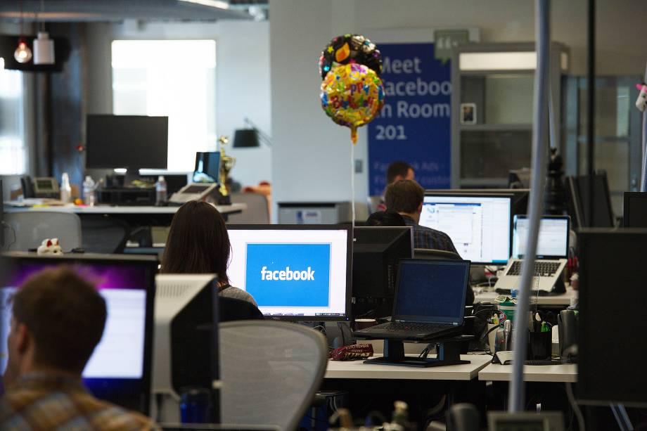 Facebook - Funcionária trabalha no escritório da empresa