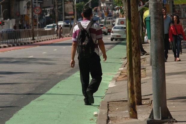 Faixa verde para pedestres na Rua Vergueiro, na Liberdade (Foto: Ricardo Bastos/Fotoarena/Folhapress/Veja São Paulo)