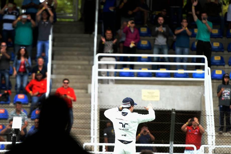 O piloto brasileiro Felipe Massa acena para a torcida, após treino classificatório para o Grande Prêmio do Brasil de Fórmula 1, realizado no Autódromo de Interlagos, zona sul de São Paulo (SP) - 12/11/2016