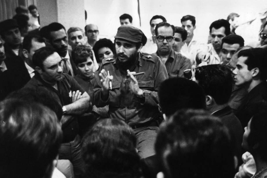 Fidel Castro e Osvaldo Torrado conversam com equipe médica que se destinava ao Peru para ajuda humanitária após terremoto em 1950