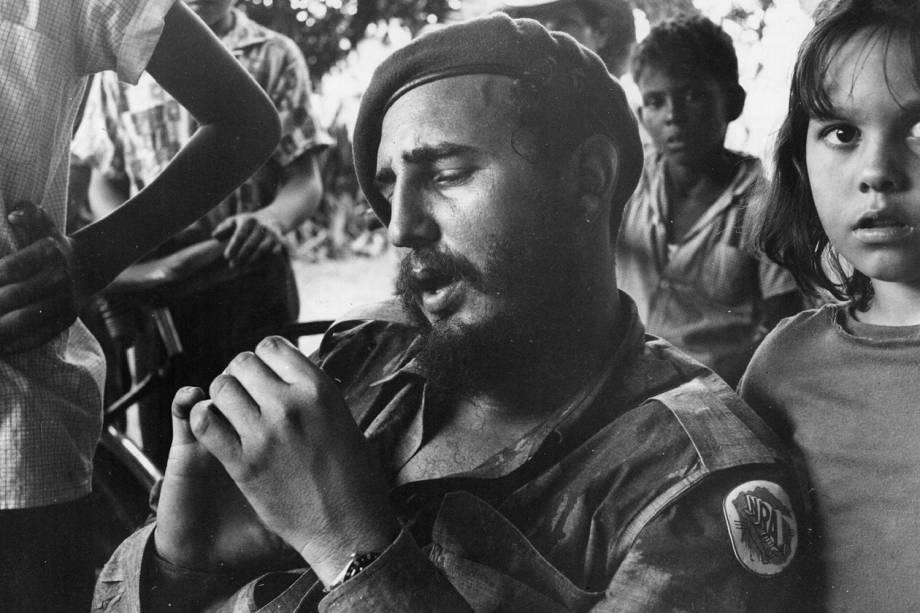 Fidel Castro descansa em uma plantação de açúcar em Havana, Cuba