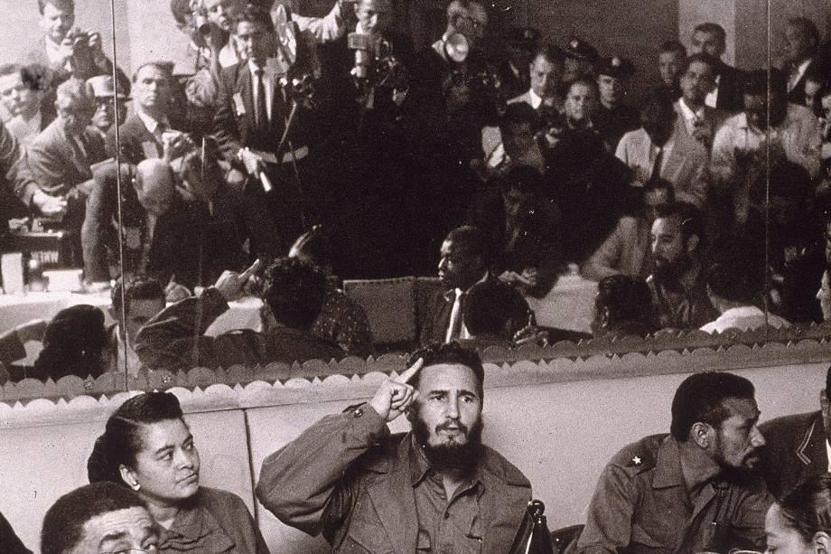 Fidel Castro é fotografado por jornalistas em um restaurante no bairro do Harlem, durante visita à Nova York em 1959