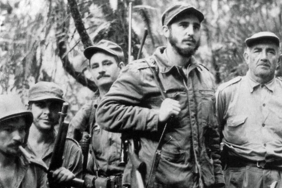 Fidel Castro lidera guerrilheiros que lutavam para depor o ditador Fulgencio Batista, em 1957