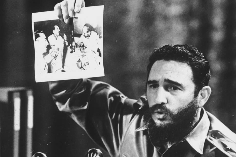 Então primeiro-ministro, Fidel Castro, mostra fotografia em que o General Ovando Candia, do exército boliviano, comemora a morte do guerrilheiro e companheiro de Fidel, Ernesto Che Guevara, em 1968