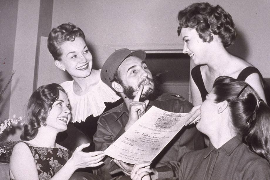 Fidel Castro recebe convite para o Baile dos Fotojornalistas de Nova York, durante visita aos Estados Unidos em 1959