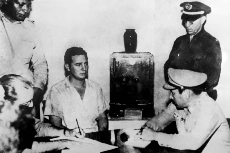 Imagem mostra Fidel Castro em depoimento para o Coronel Chabiano, após ataque ao Quartel Moncada, liderado por Castro, em 1953