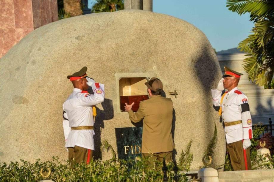 Urna com as cinzas do ex-presidente Fidel Castro é sepultada no cemitério Santa Ifigênia, em Santiago de Cuba