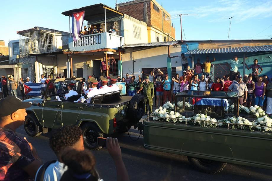Pessoas vão às ruas para se despedir do ex-presidente de Cuba, Fidel Castro