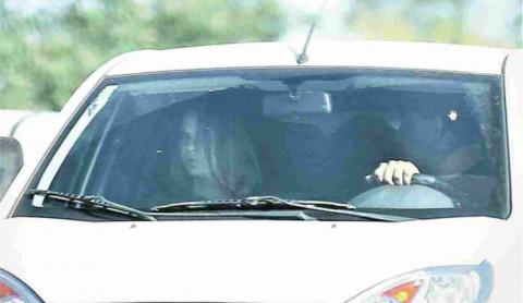 Carro com placa fria do governo Agnelo conduz a filha de Dirceu: furando a fila e a lei (Sérgio Lima/Folhapress)
