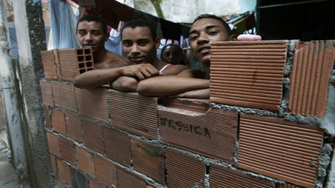 Filhos de Amarildo na casa comprada para a família na Rocinha