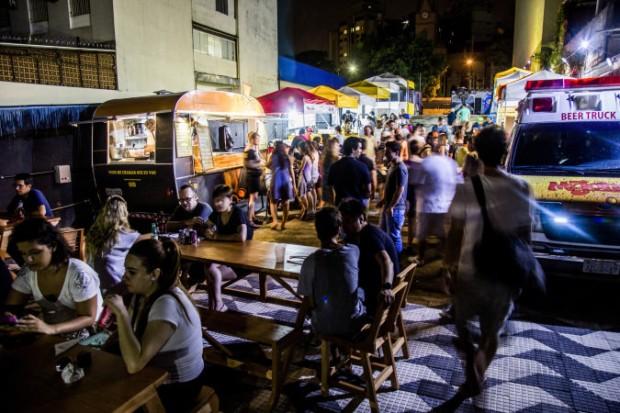 Foodtrucks em São Paulo, um dos exemplos da maior ocupação dos espaços públicos (Foto: )