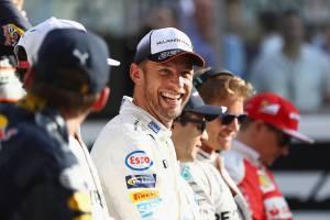 Britânico Jenson Button, piloto da McLaren, participa de foto em grupo com todos os pilotos competidores do circuito de Yas Marina, antes da corrida de F1 em Abu Dhabi, Emirados Árabes