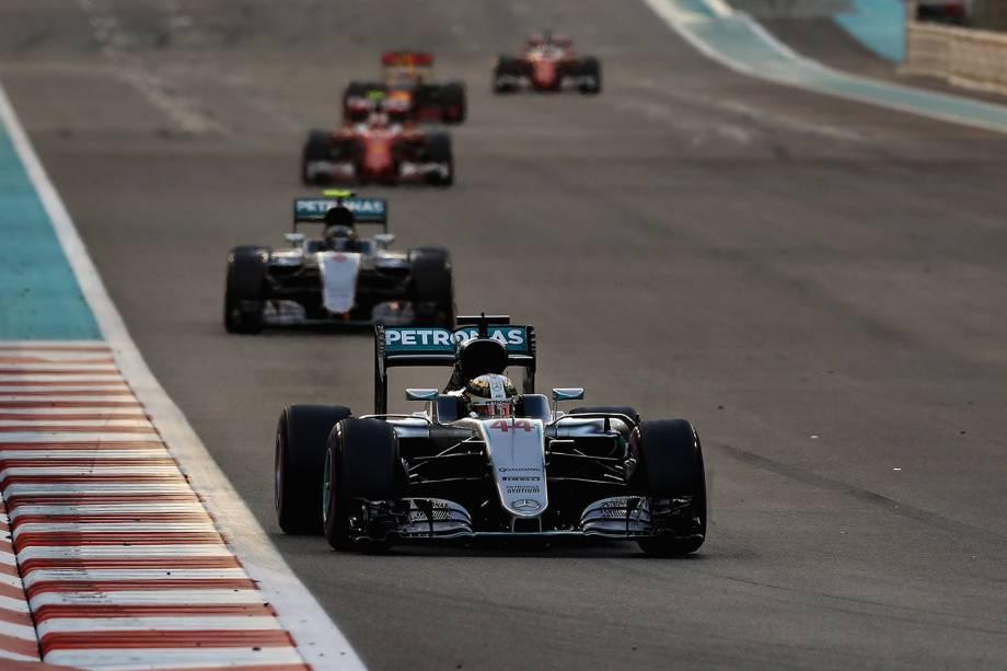 Lewis Hamilton, Nico Rosberg e outros pilotos competem pelo Grand Prix de Formula 1 em Abu Dhabi, Emirados Árabes - 27/11/2016