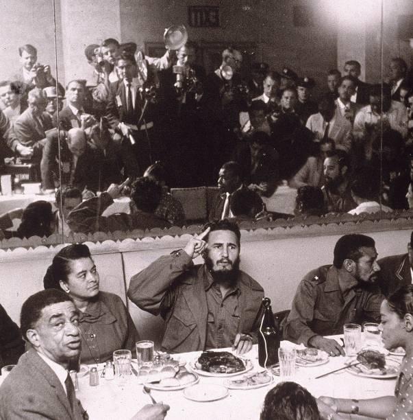 Líder cubano Fidel Castro é fotografado por jornalistas durante uma visita à cidade de Nova York, em 1959