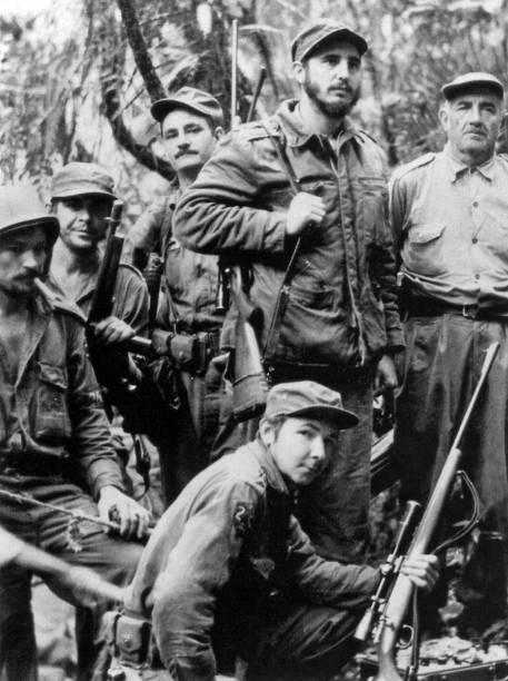 Fidel Castro lidera guerrilheiros que lutavam contra o ditador Fulgencio Batista, ao lado do argentino Ernesto Che Guevara e outros companheiros de guerrilha em 1957