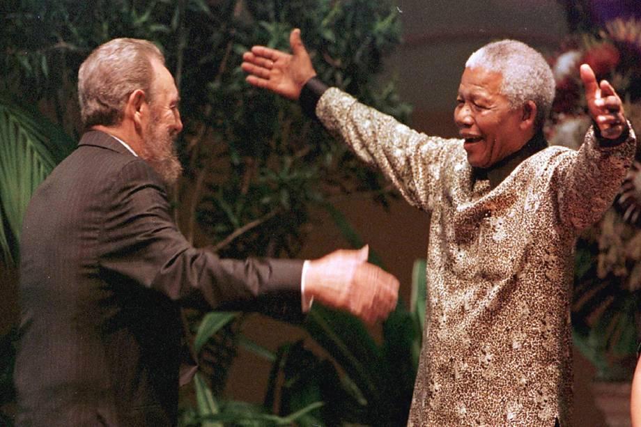 Nelson Mandela recebe Fidel Castro com um caloroso abraço durante décima segunda convenção dos Não-Alinhados, em Durban, na África do Sul, em 1998. A convenção reúne mais de 100 países que buscam um caminho independente das relações internacionais