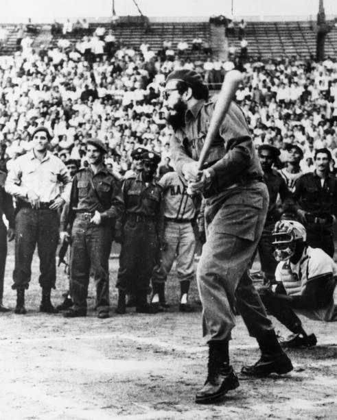 Então primeiro-ministro de Cuba, Fidel Castro, insiste em dar a primeira tacada na abertura do torneio de beisebol em Havana