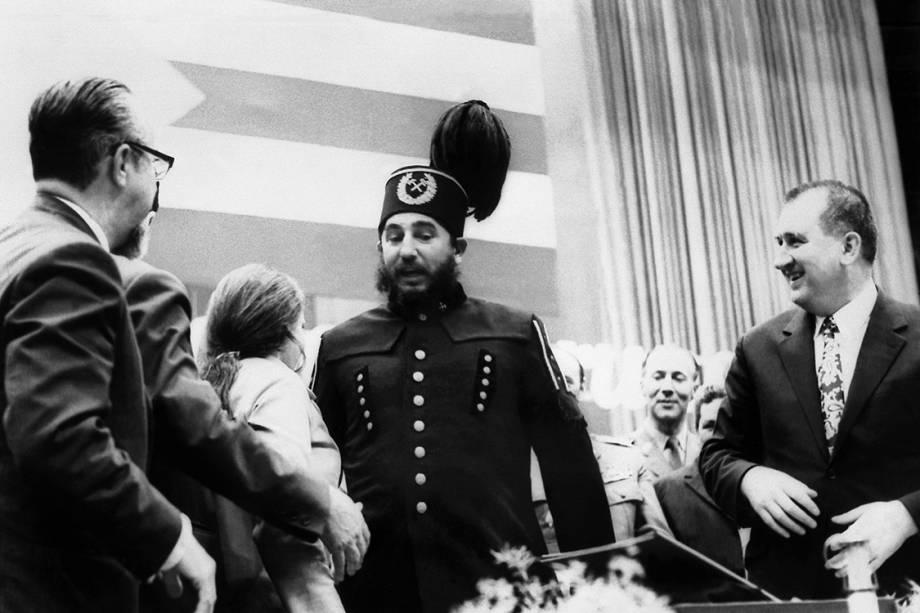 Fidel Castro veste roupas típicas de Katowice, durante visita à Polônia em 1972