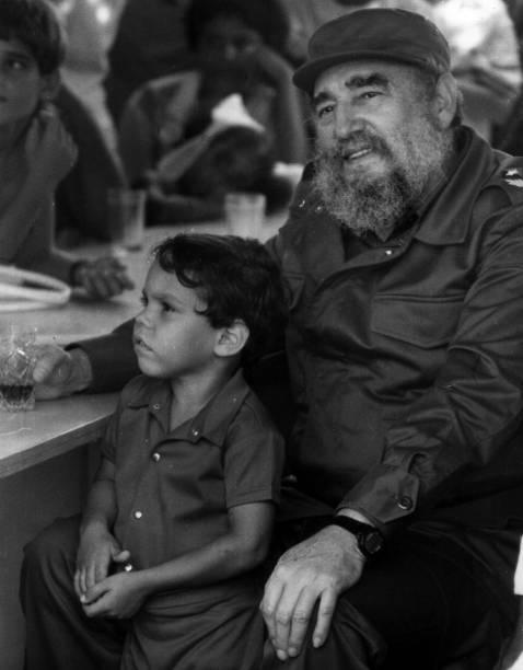 Fidel Castro comemora seu aniversário de 63 anos com sua família e um grupo de construtores civis, em Havana, no ano de 1989