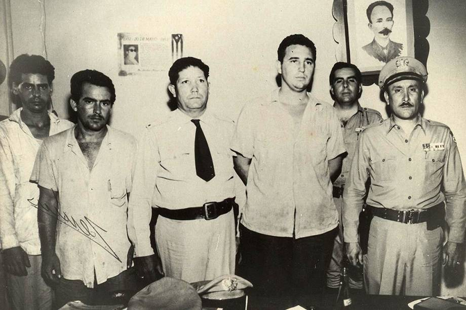 Fidel Castro (terceiro a dir.) ao lado de combatentes guerrilheiros, no ano de 1953
