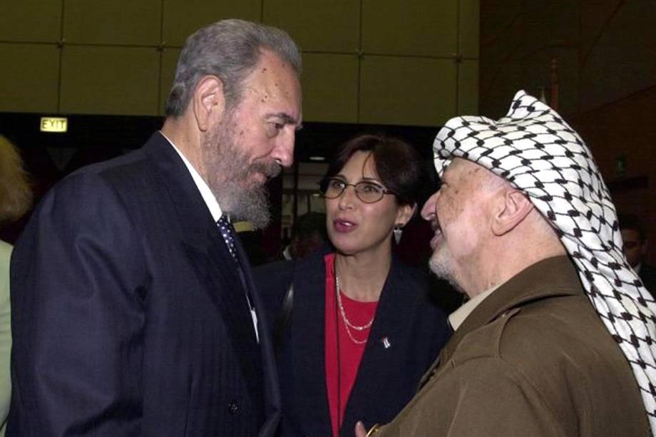 Presidente cubano Fidel Castro e líder palestino, Yasser Arafat, se encontram na Conferência Mundial contra o Racismo, em 2001, na África do Sul