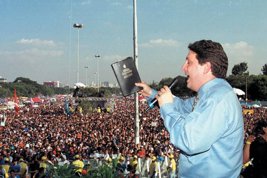 Garotinho, emtão governador carioca, celebrando um culto durante a Marcha para Jesus, realizada na Praça dos Heróis Expedicionários em 2001