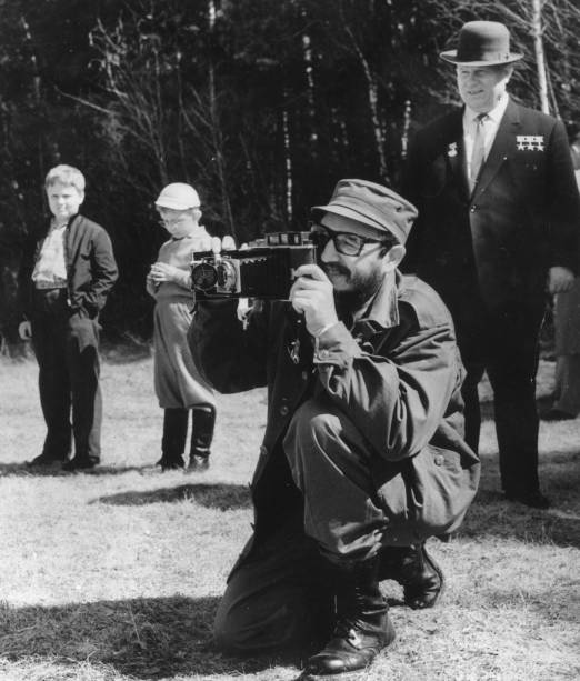 Fidel Castro fotografa um campo, enquanto o então premiê russo, Nikita Khrushchev, o observa, em 1963
