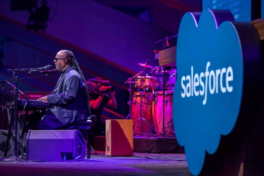 Salesforce - Funcionários desfrutam de benefícios concedidos pela empresa