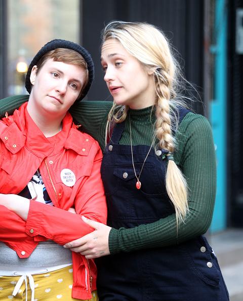 Lena Dunham e Jemima Kirke durante as filmagens da quinta temporada de 'Girls' (Foto: Steve Sands/GC Images)