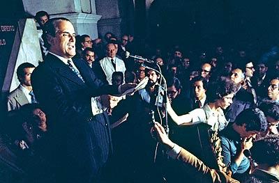 Noite histórica -  O jurista Goffredo da Silva Telles Jr. lê a Carta aos Brasileiros, na Faculdade de Direito do Largo São Francisco, em que desafia a ditadura militar com o elogio ao estado de direito (foto: Pedro Martinelli)