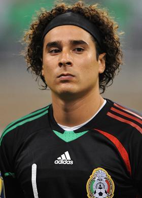Guillermo Ochoa: ele foi o nome do jogo: impediu três gols do Brasil que pareciam certos