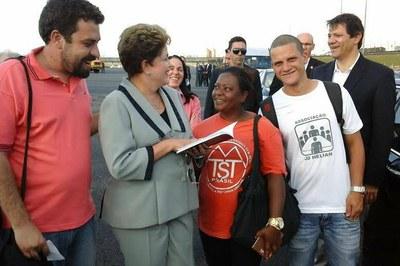 Guilherme Boulos (de vermelho), o coxinha radical, com Dilma e Haddad: só uma das faces do petismo