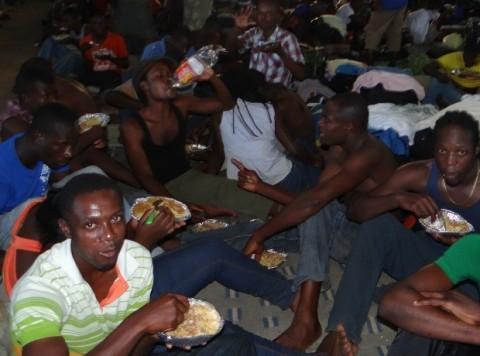 """Haitianos num acampamento de Brasiléia, no Acre: segundo a mística petista, isso é evidência da pujança do """"novo Brasil"""""""
