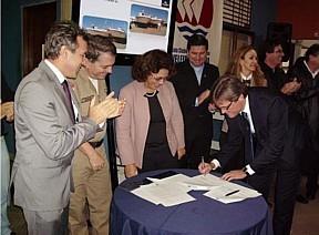 Em 2010, Ideli participou do ato de assinatura da compra das lanchas-patrulha (Arquivo: Revista Náutica)