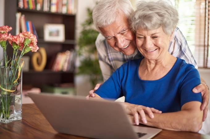 Casal de idosos usando o computador