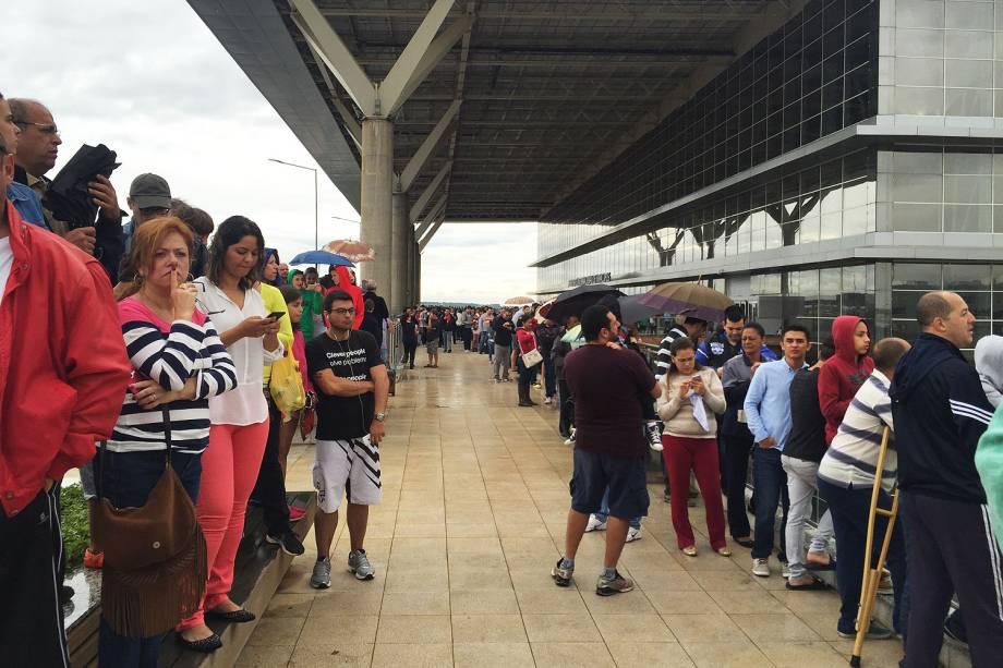 Curiosos aguardam o maior avião do mundo em Campinas São Paulo - 14/11/2016