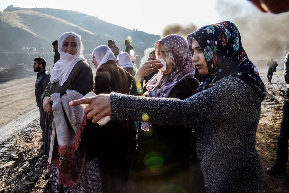 Familiares reagem enquanto equipes de resgate tentam resgatar trabalhadores presos após o colapso de uma mina de cobre em Siirt, na Turquia - 18/11/2016