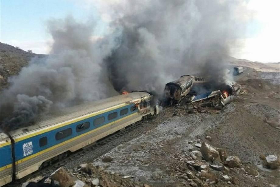 Foto divulgada pela agência de notícias Tasnim mostra trens danificados após um acidente na província de Semnan, a leste da capital iraniana, Teerã - 25/11/2016