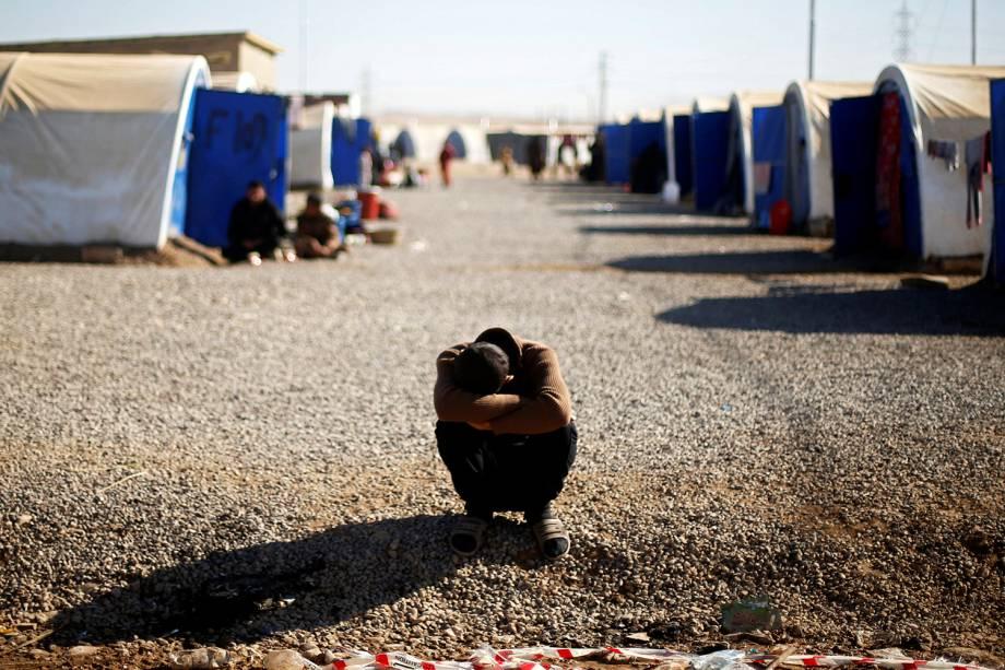 Refugiado iraquiano descansa no campo para refugiados de Khazer, em Mosul, Iraque - 23/11/2016