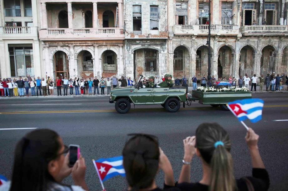 Veículo militar transporta as cinzas do falecido ditador cubano Fidel Castro no início de uma viagem de três dias para a cidade de Santiago, em Havana - 30/11/2016