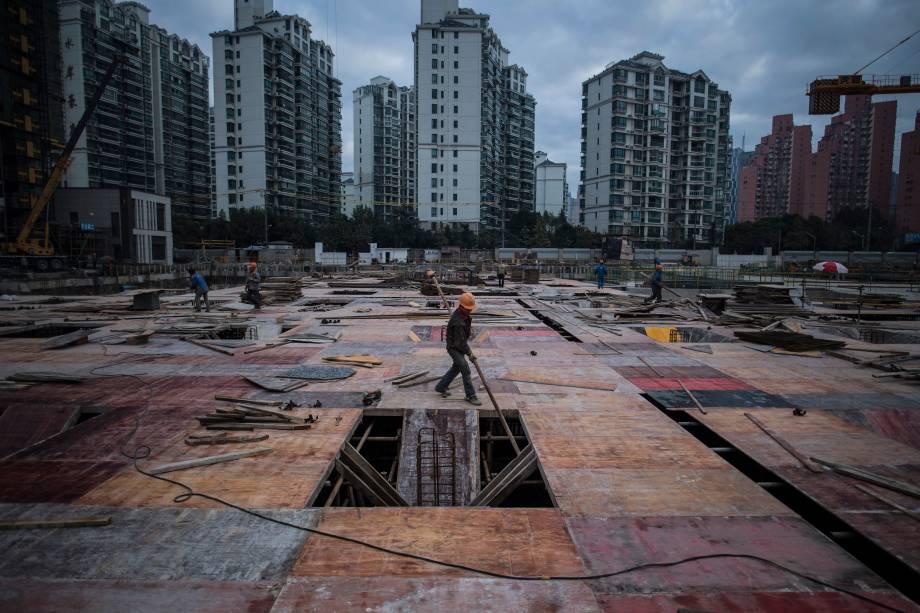Homem trabalha em um canteiro de obras de um edifício residencial em Xangai, na China - 29/11/2016