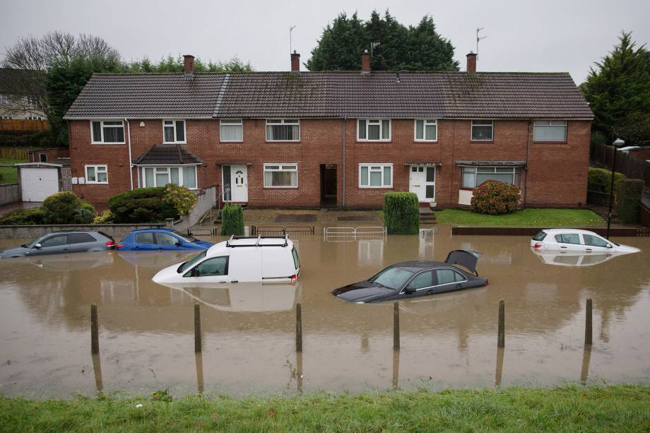 Carros ficam submersos após uma forte chuva em Bristol, na Inglaterra - 21/11/2016