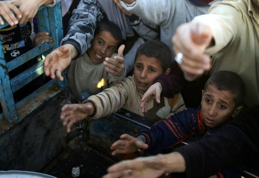 Garotos aguardam para receber suprimentos distribuidos no campo de refugiados de Khazer, no Iraque - 21/11/2016